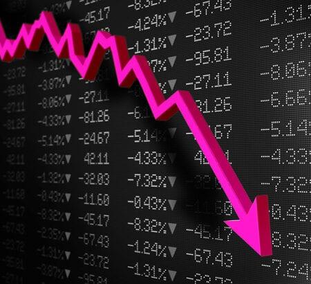 Vor einer Börsentafel zeigt ein Pfeil nach unten.