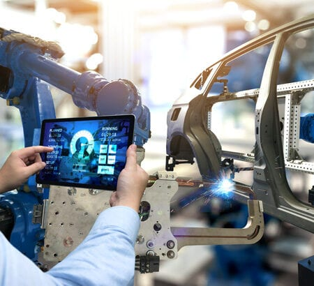 Autoproduktion: Per Tablet werden die Roboter am Fließband gesteuert.