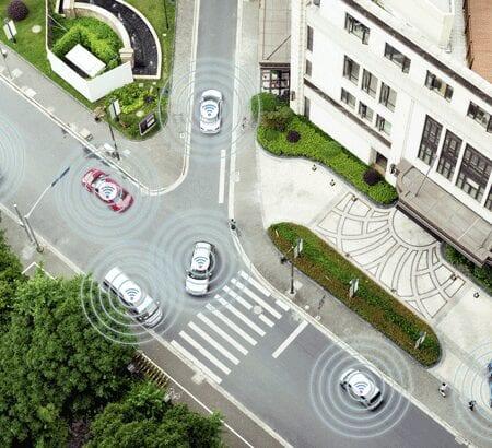 Foto einer Straße auf der autonome Autos fahren