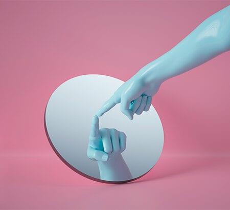 Illustration einer Hand die mit gespritzten Zeigefinger auf einen Spiegel zeigt