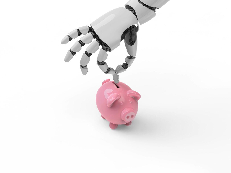 Eine Roboterhand füttert ein Sparschwein mit Kleingeld.