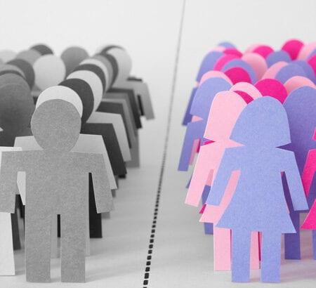 Scherenschnittfiguren von Frauen und Männern stehen sich gegenüber.