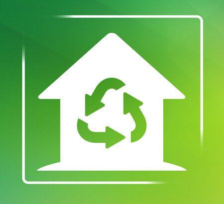 Zeichnung eines weißen Hauses mit grünem Recycle-Symbol