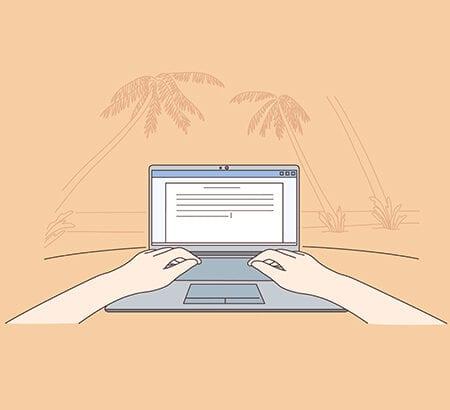 Symbolbild Workation: Ein Laptop steht am Strand, dahinter Palmen