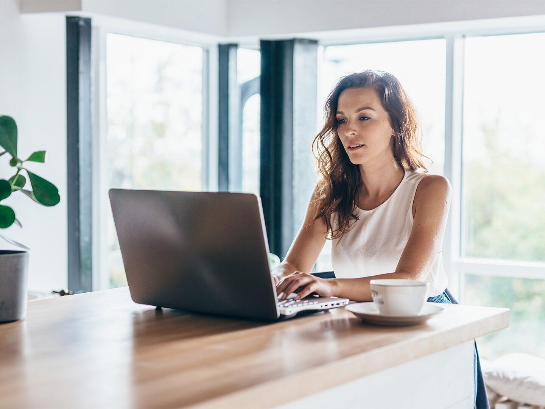 Eine Frau an ihrem Digital Workspace im Homeoffice