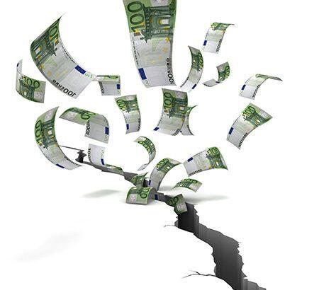 Geldscheine verschwinden in einem Erdspalt.