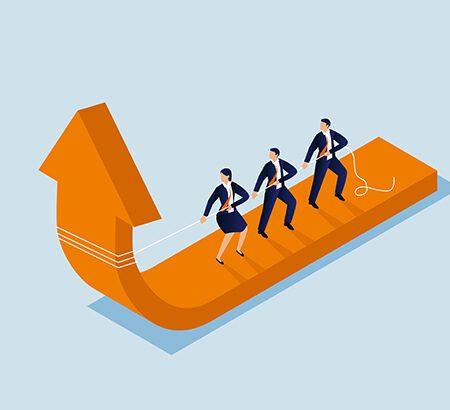 Drei Mitarbeiter:innen ziehen an einem Seil und damit die Pfeilspitze nach oben. Illustration.