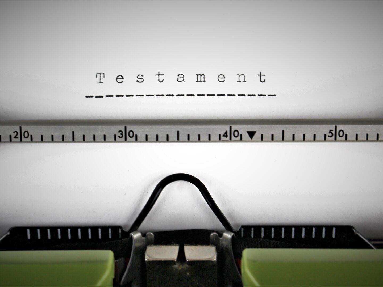 Ein Testament, das mit einer Schreibmaschine geschrieben wird.