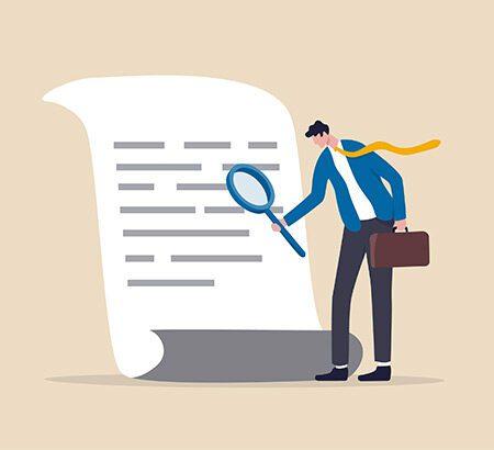 Unternehmer analysiert ein Dokument nach Indizien für Abzocke