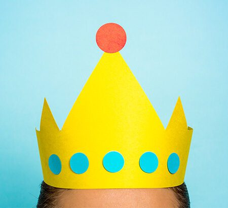 Symbolbild Customer Centricity: Eine Krone auf dem Kopf eines Kunden
