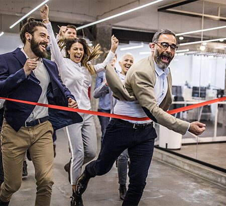 Menschen im Büro die auf eine Ziellinie zurennen