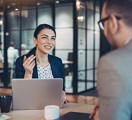Eine Frau und ein Mann in einem Business-Meeting
