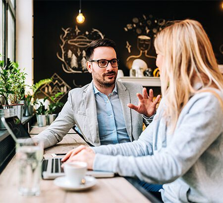 Frau Mann Café Laptop Gespräch