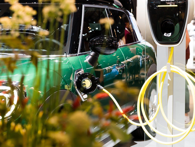 E-Auto an der Ladesäule bei der IAA 2021