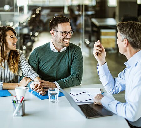 Berufliches Meeting zwischen drei Mitarbeitern