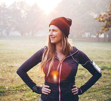 Frau beim Joggen im Park