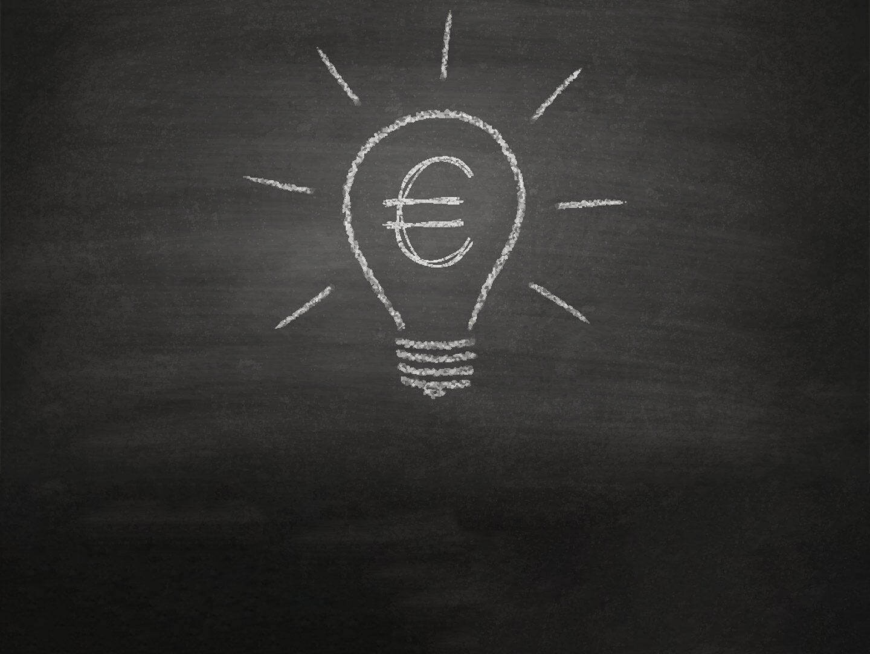 Eine illustrierte Glühbirne mit einem Eurozeichen drin