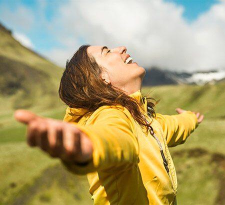 Frau freut sich in der Natur zu sein