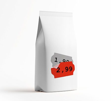 Eine weiße Tüte mit einem rabattierten Preis drauf